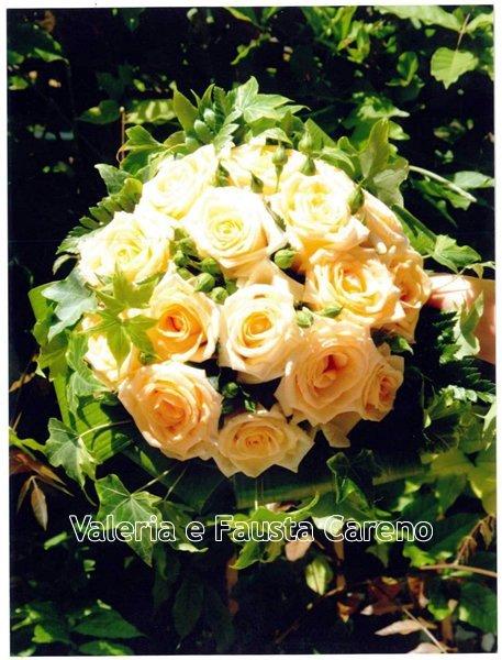 mazzo di rose bianche e arancioni
