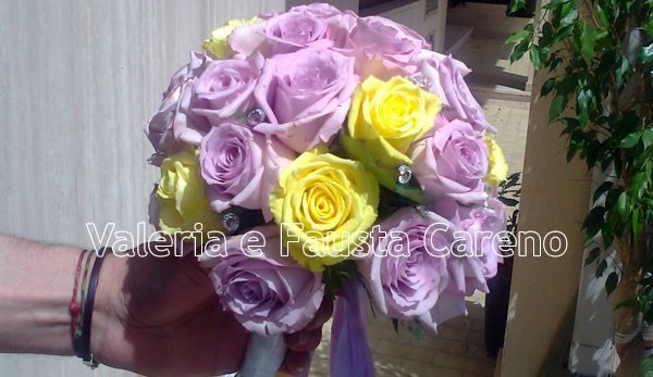 bouquet di rose viola e gialle