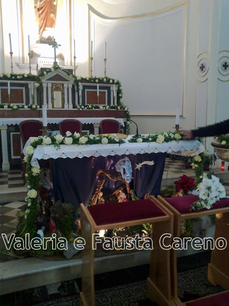 altare addobbato di fiori
