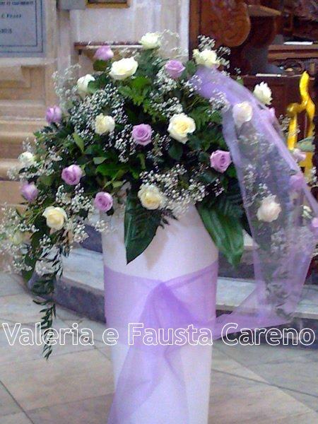fiori in un vaso appoggiato su un tappeto