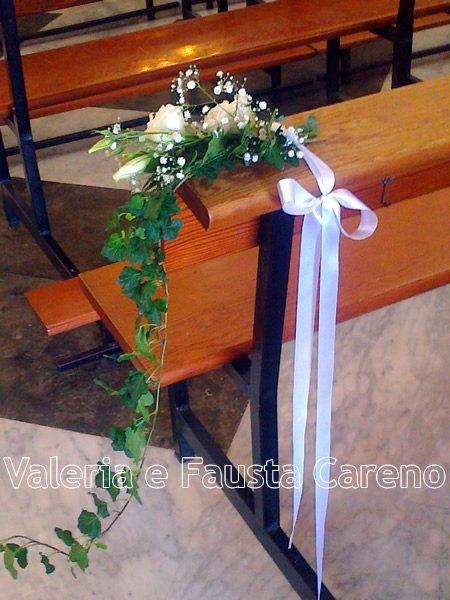 fiori su una panca di una chiesa