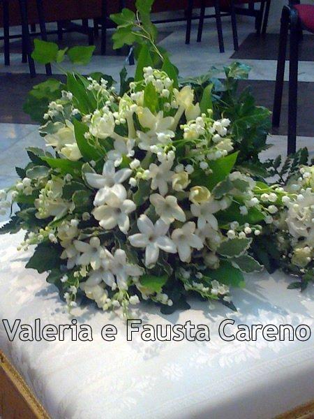 mazzo di fiori su un tavolo