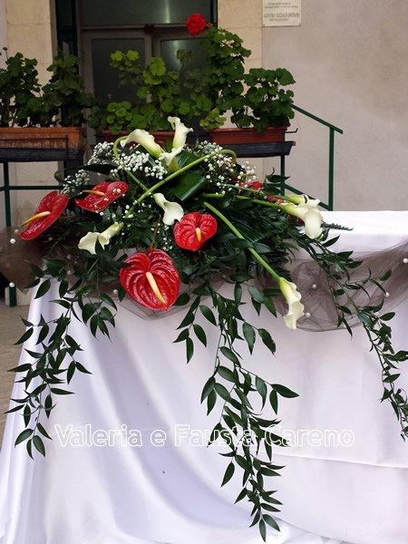 tavolo con mazzo di fiori
