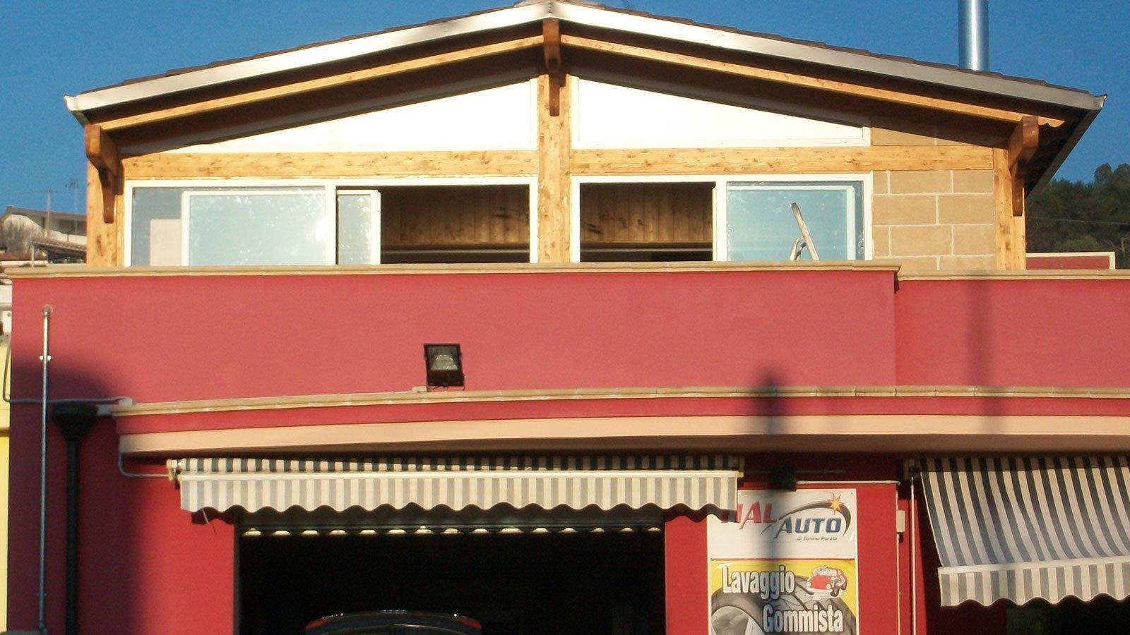 facciata di uno stabile con delle portefinestre aperte