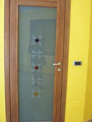 una porta da esterno con un pannello di vetro