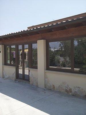 un edificio con delle finestre con effetto specchio