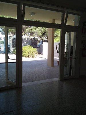 una porta d'uscita aperta con dei pannelli di vetro
