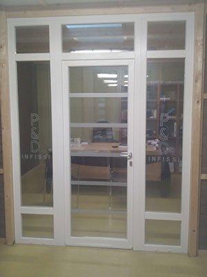 una porta finestra con pannelli di vetro con finiture in PVC