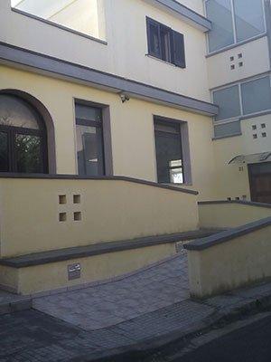 uno stabile con le finestre rettangolari e ad arco in PVC