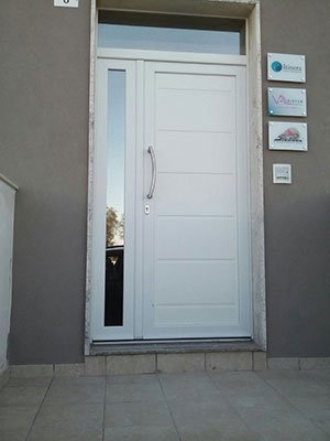 una porta da esterno di color bianco con una serratura