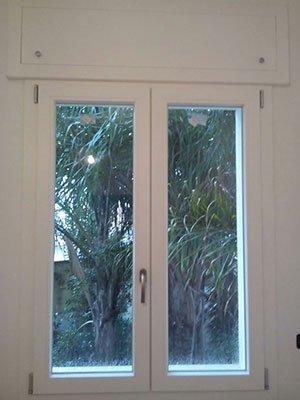una finestra in PVC di color bianco