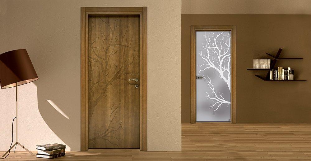 porta in legno a sinistra e porta in vetro a destra