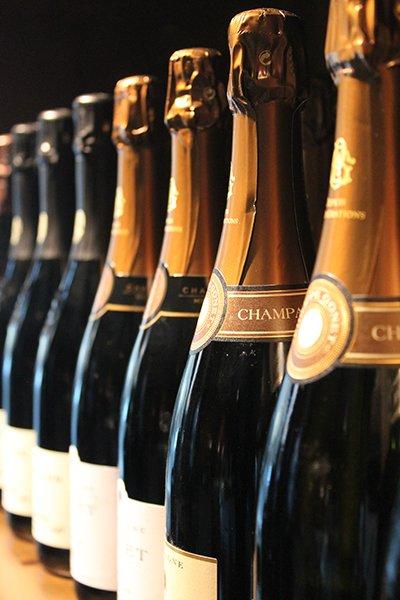 delle bottiglie di champagne viste da vicino lateralmente