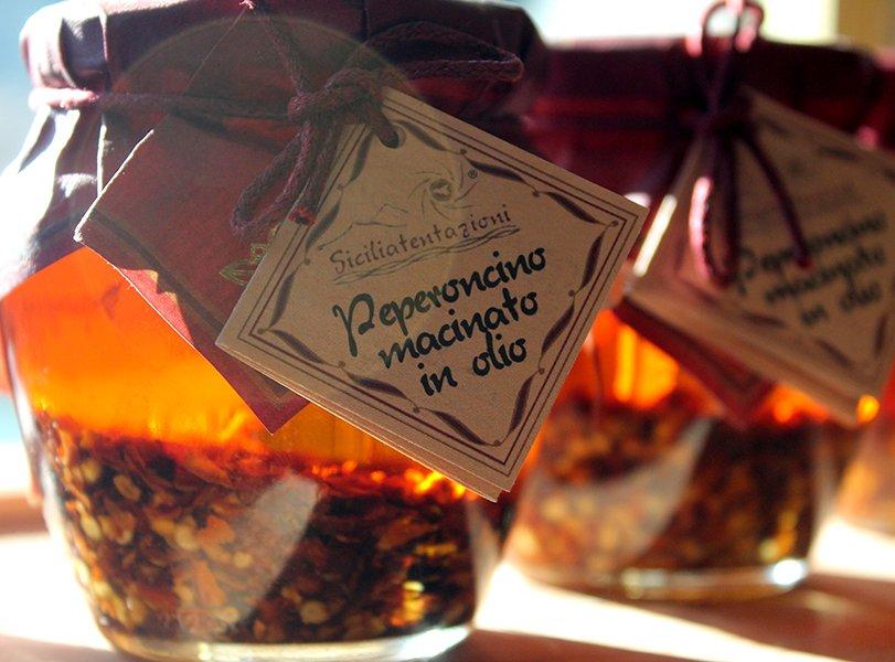 un barattolo con un'etichetta con scritto peperoncino macinato in olio