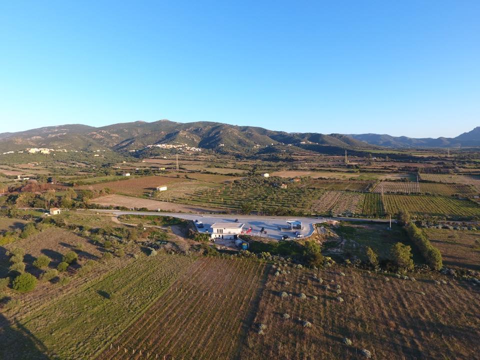 vista dall'alto di alcuni terreni e una stazione di servizio