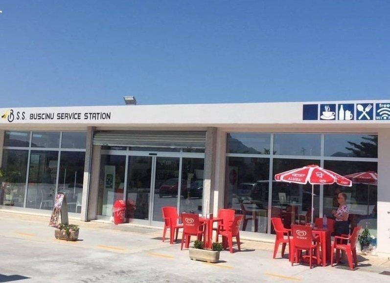 l'area di servizio Buscinu Service Station e fuori tavoli e sedie