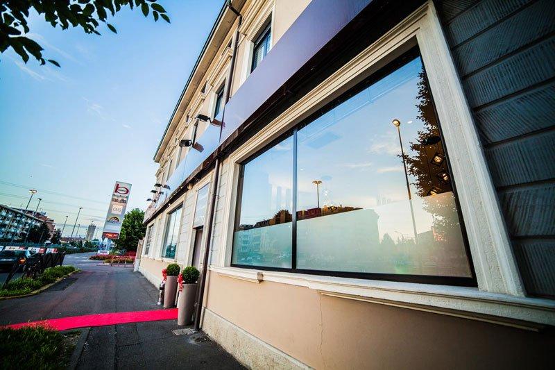vista dell'entrata di un ristorante con un tappeto rosso davanti