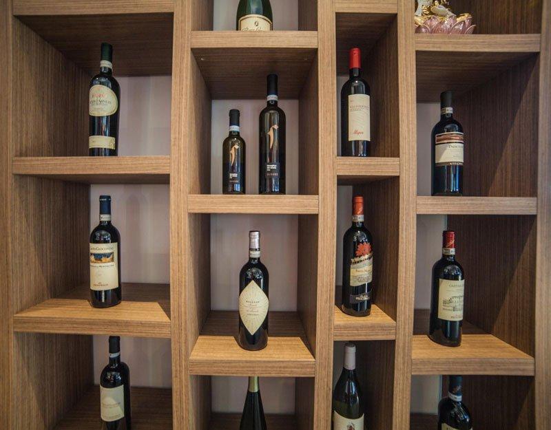 Angolo enoteca con delle bottiglie di vino