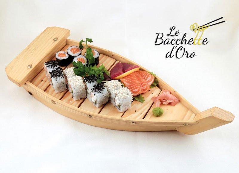 Una Barchetta con un misto di sushi e salsa wasabi