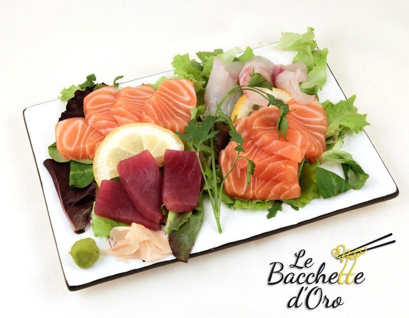 Una tartare di tonno, salmone e dell'insalata