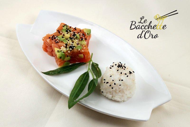 Un tartare di salmone con avocado e del riso bianco