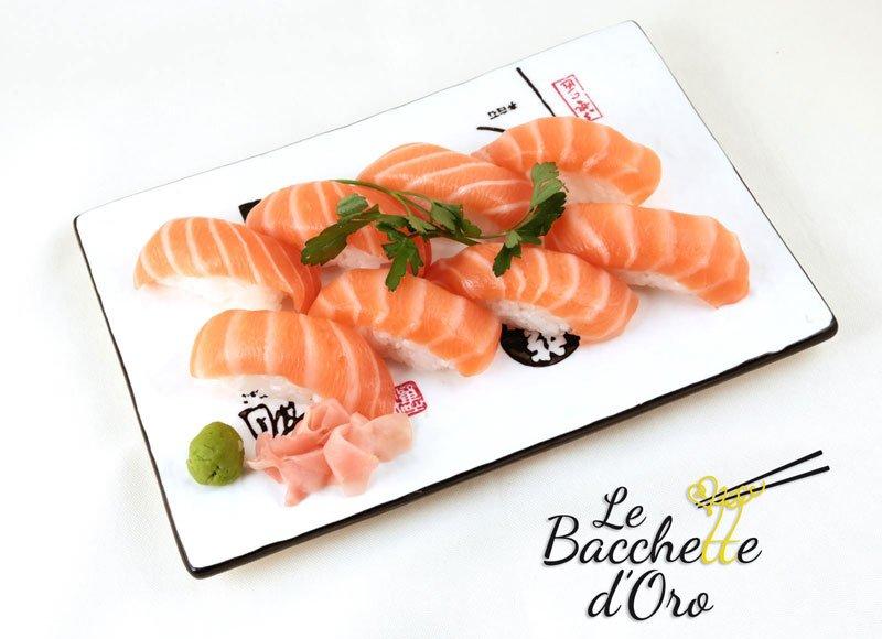 Un vassoio di sushi al salmone