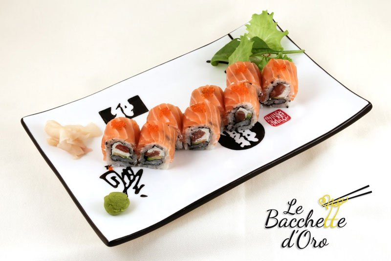 Un vassoio di sushi al salmone e tonno