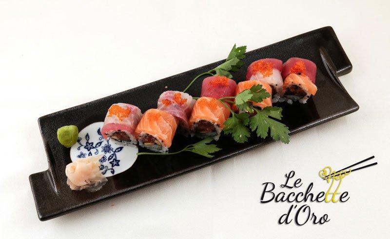 Un vassoio di sushi con uova di salmone