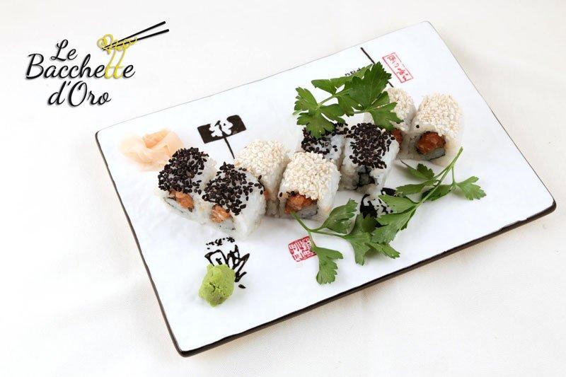 Un vassoio di sushi con sopra del sesamo nero e bianco