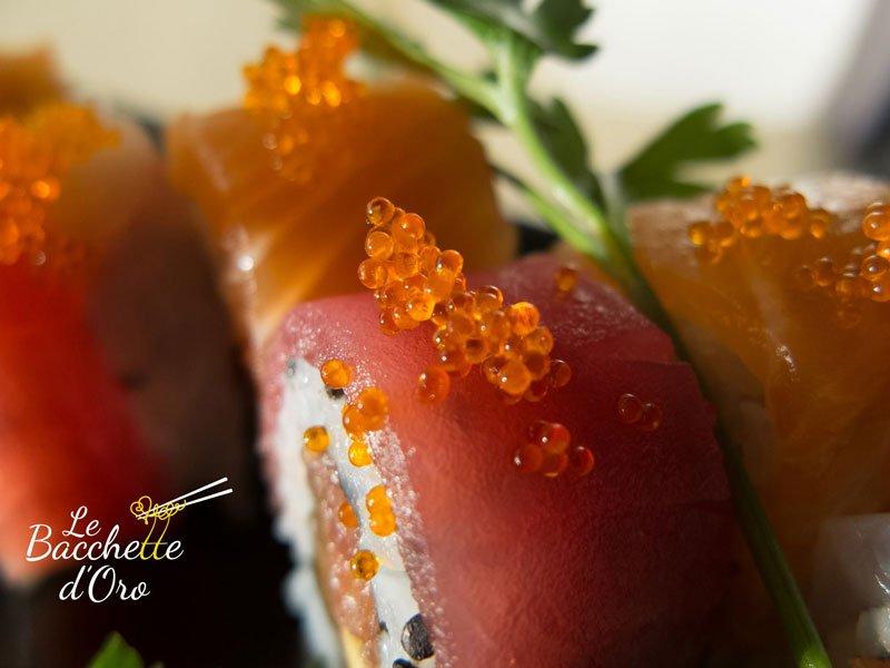 Del sushi con uova di salmone