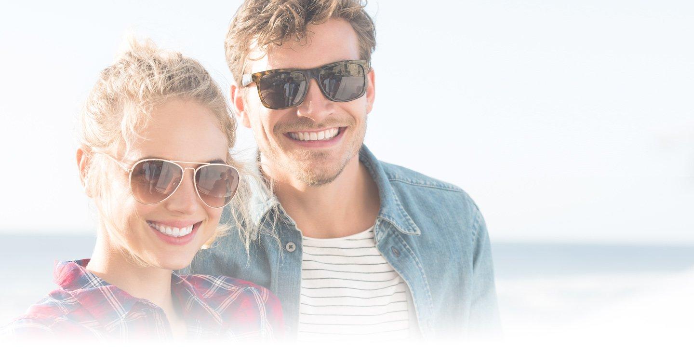 Coppia che mette gli occhiali da sole Bollate