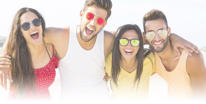 Gruppo degli amici che mette gli occhiali da sole a Bollate