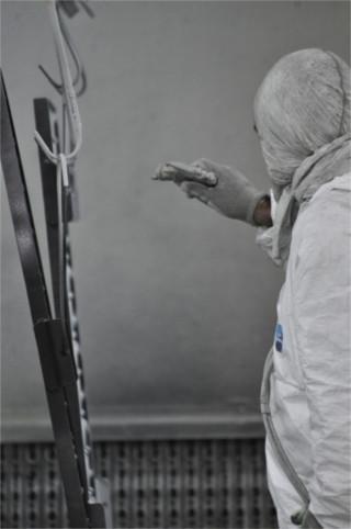 operaio durante lavoro di verniciatura
