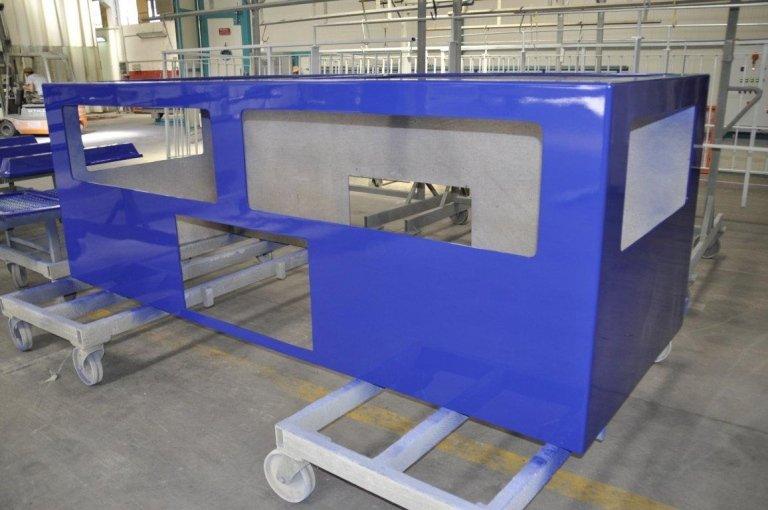 struttura in plastica verniciata di blu