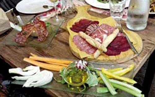 Tavolo con tagliere di salumi e verdure