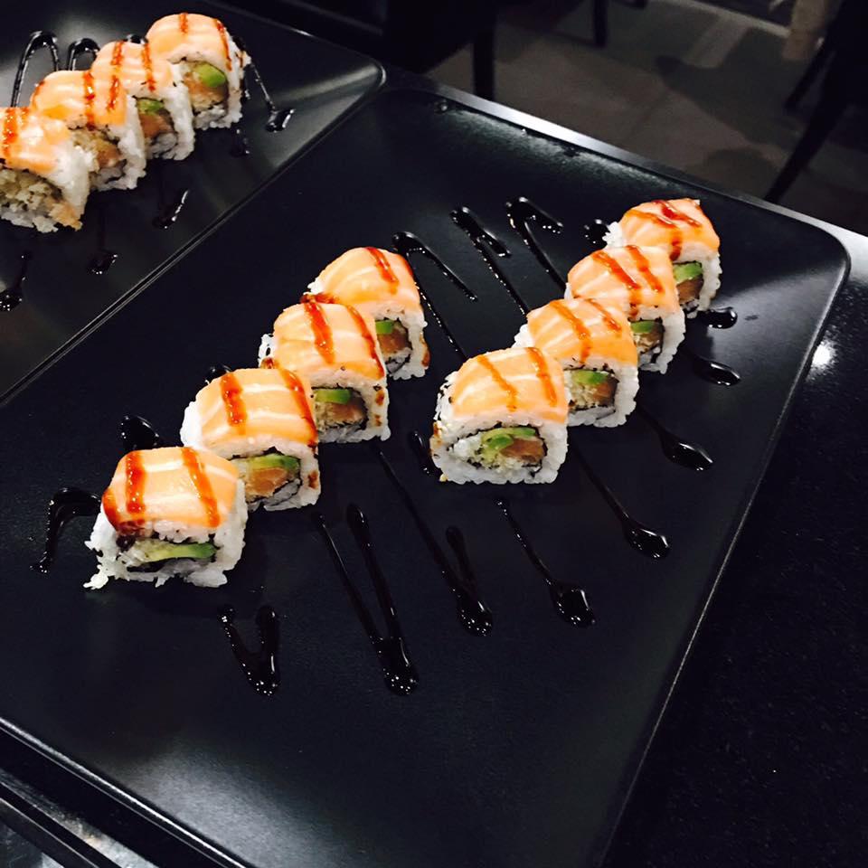 Uramaki ricorperto di salmone a Torino
