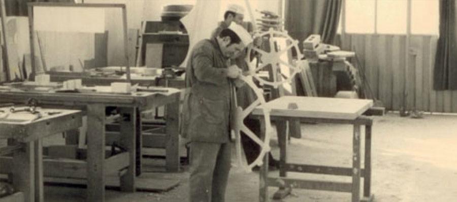 foto in bianco e nero di un operaio che lavora