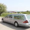 L'impresa funebre dispone di auto per trasportare salme.