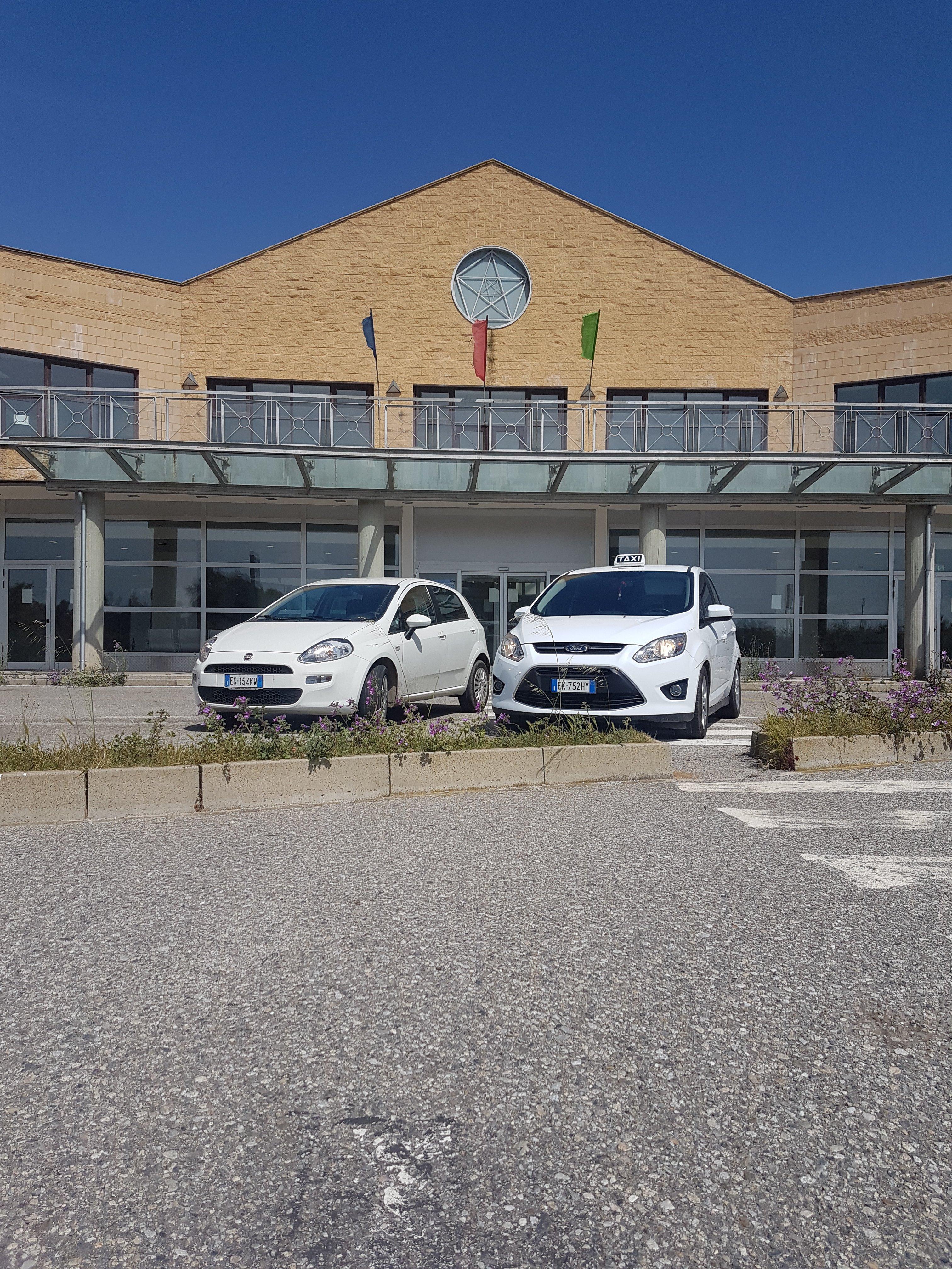 I due taxi parcheggiati di fronte all'aeroporto