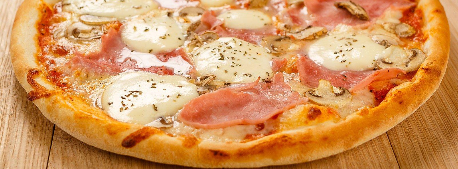 Una pizza con prosciutto e formaggio