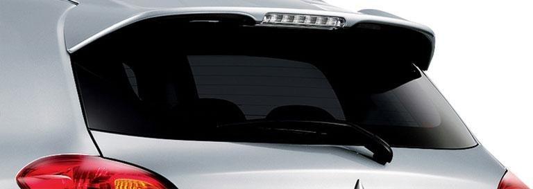il lunotto posteriore oscurato di una Mitsubishi