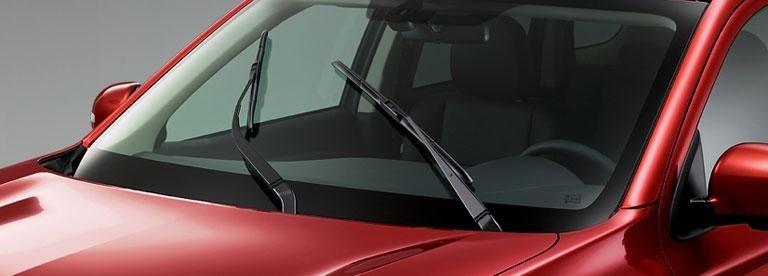 una Mitsubishi Outlander rossa vista da davanti