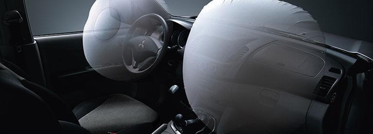 gli interni di una Mitsubishi L200 con vista degli Airbag