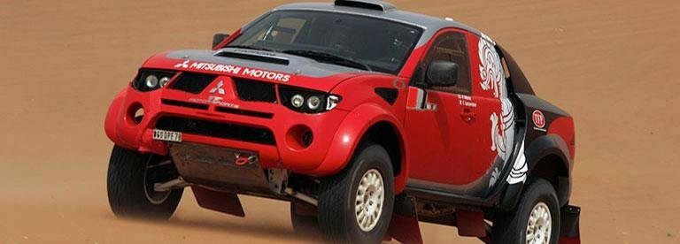 un Mitsubishi L200 rossa sportiva