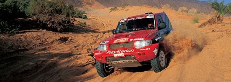 una Mitsubishi Pajero rossa sportiva