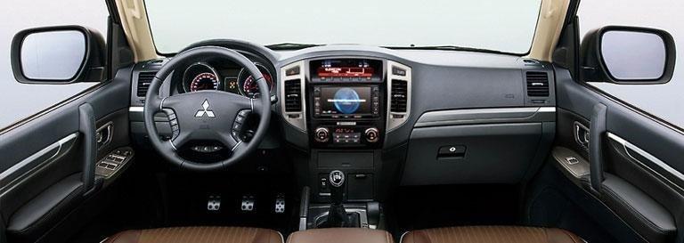 gli interni di una Mitsubishi Pajero