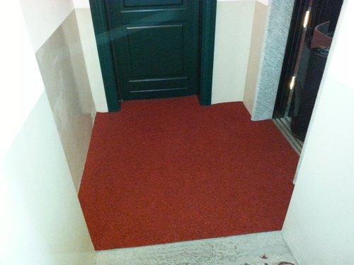 vista frontale di una porta con tappeto