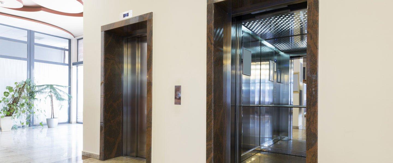 Vista degli ascensori di un'edificio a San Nicola La Strada