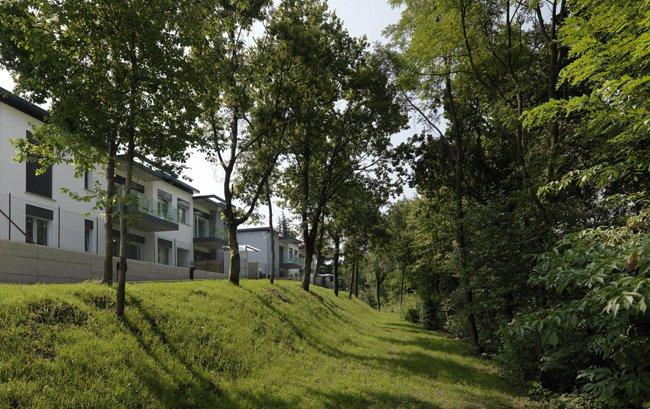 Vista di una casa con giardino