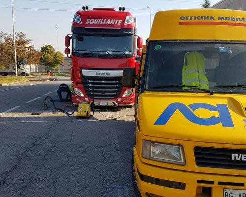Furgone ACI e operaio al lavoro su un camion